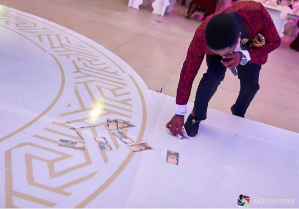 Nigerian Wedding Money Picker LoveWeddingsNG Akintayotimi Photography