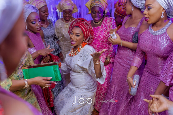 nigerian-traditional-bride-and-asoebi-girls-dancing-the-quadrys-2016-trendybee-events-loveweddingsng