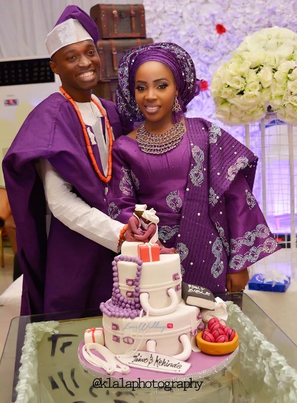 nigerian-traditional-couple-cutting-the-cake-taiwo-and-kehinde-klala-photography-loveweddingsng