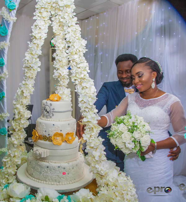 nigerian-bride-and-groom-cutting-suspended-cake-nkem-and-lanre-events-pro-loveweddingsng