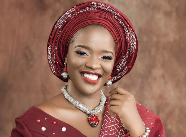 Bolanle's traditional bridal portrait shots will brighten up your Saturday