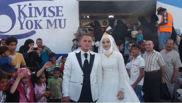Turkish couple spent their wedding day feeding 4,000 Syrian refugees