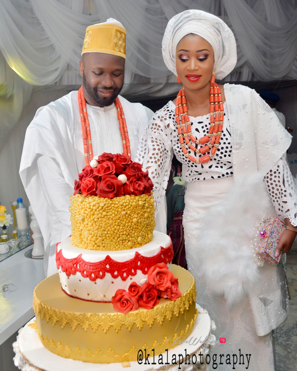 nigerian-traditional-couple-cutting-the-cake-ewemade-igbinedion-ganiu-kuteyis-royal-wedding-klala-photography-loveweddingsng-1