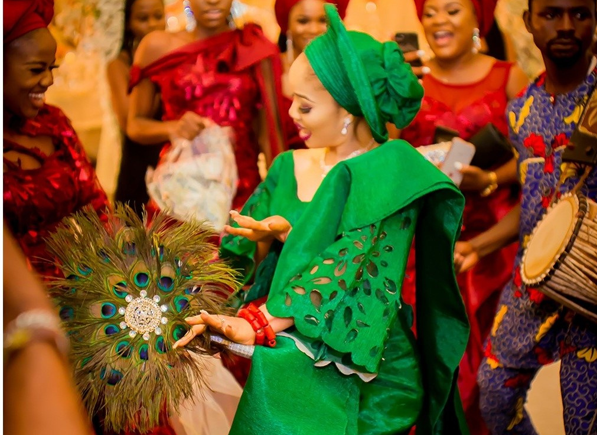 20 Nigerian brides that rocked the  peacock traditional bridal hand fan